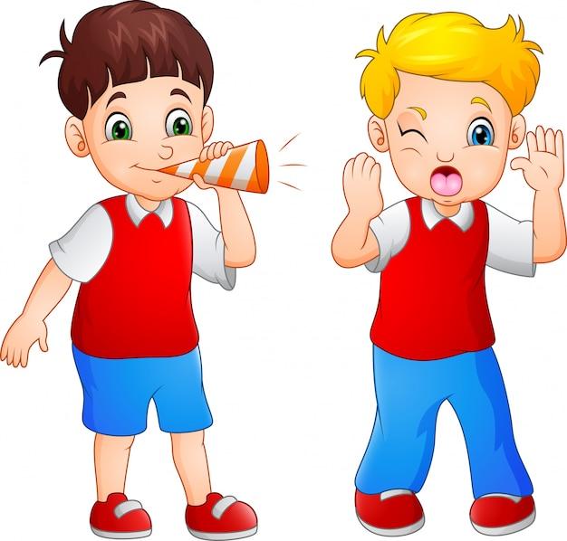 Karikaturjunge, der am kleinen jungen in einer trompete durchbrennt