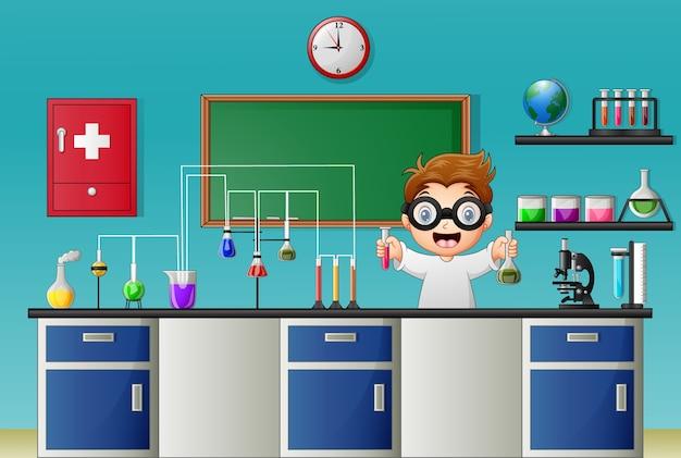 Karikaturjunge, der chemisches experiment im labor tut