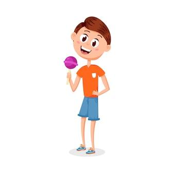 Karikaturjunge mit einer süßigkeit auf einem stock. ein süßes kind in einem sommer-t-shirt und shorts genießt süßigkeiten. cartoon-vektor-charakter
