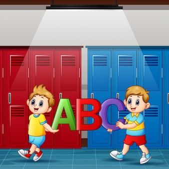Karikaturjungen, die alphabete im umkleideraum halten