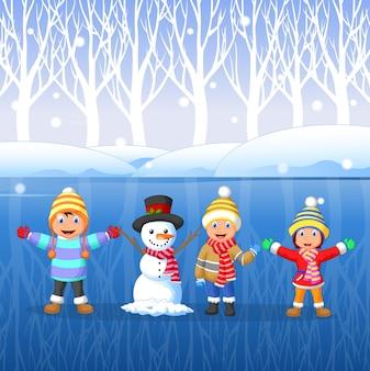 Karikaturkinder, die auf schnee in der winterzeit spielen