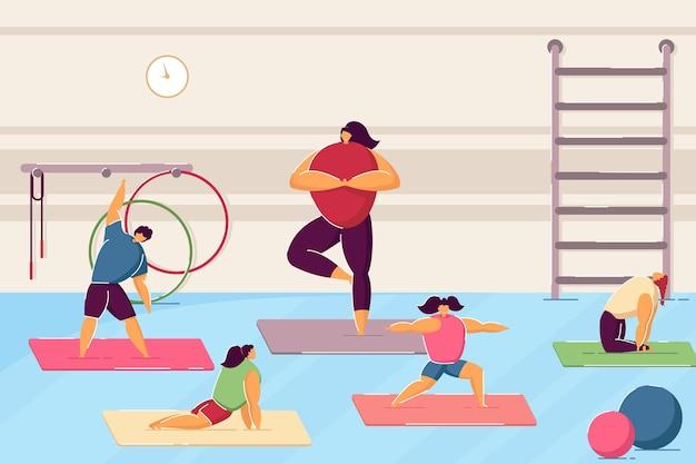 Karikaturkinder, die yoga in der turnhalle tun flache vektorillustration. kinder trainieren mit lehrer im yoga-kurs. sport, yoga, fitnessstudio, gesundheit, übungskonzept für bannerdesign oder landingpage