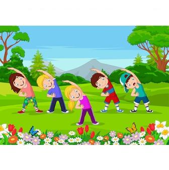 Karikaturkleinkinder, die im park trainieren