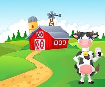 Karikaturkuh, die ein Glas Milch mit Bauernhofhintergrund hält