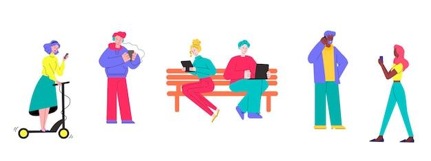 Karikaturleute, die gadgets im freien isolierten satz von jungen männern und frauen verwenden