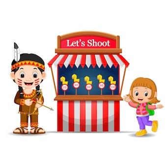 Karikaturmädchen, das indisches kostüm am zirkus verwendet