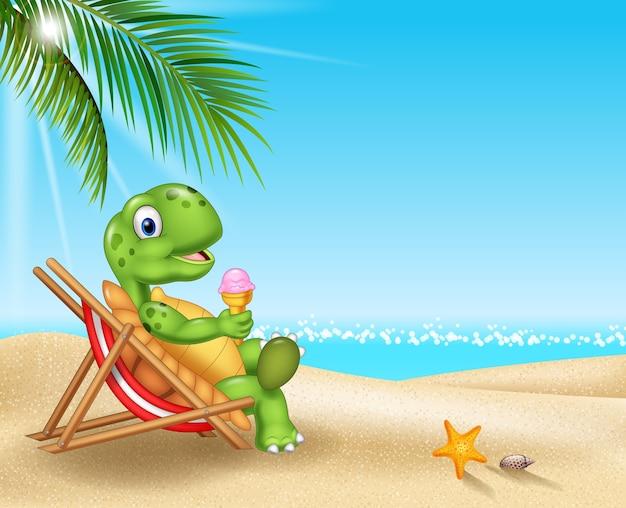 Karikaturschildkröte, die auf dem strand sich entspannt