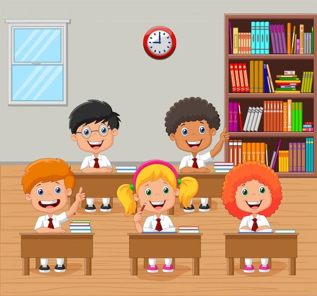 Karikaturschulkinder, die hand im klassenzimmer anheben