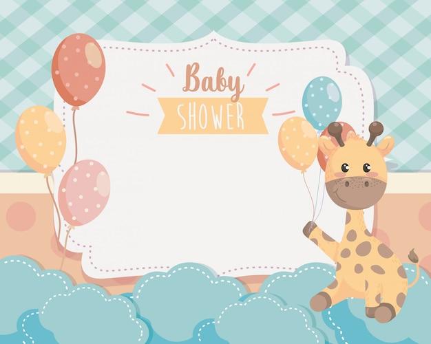 Karte der netten giraffe mit ballonen und wolken