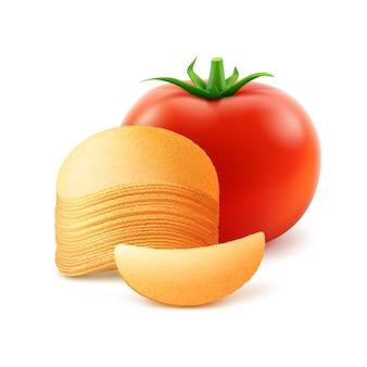 Kartoffel-knusprige chips-stapel mit roter tomaten-nahaufnahme lokalisiert auf weißem hintergrund