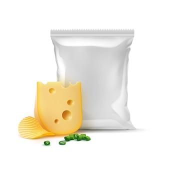 Kartoffelkräuselung knusprige chips mit käsezwiebeln und vertikal versiegeltem, leerem plastikfolienbeutel für verpackungsdesign nahaufnahme isoliert