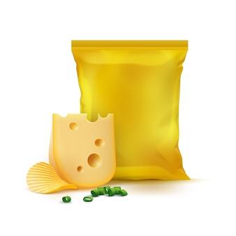 Kartoffelkräuselung knusprige chips mit käsezwiebeln und vertikalem gelbem versiegeltem leerem plastikfolienbeutel für verpackungsdesign nahaufnahme isoliert
