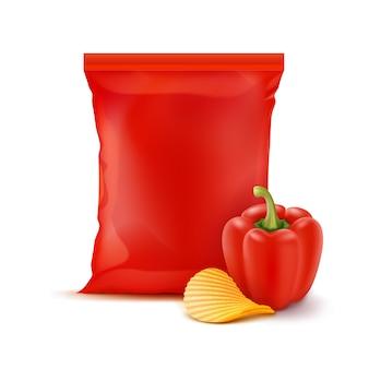 Kartoffelkräuselung knusprige chips mit paprika und vertikal versiegeltem, leerem, rotem plastikfolienbeutel für verpackungsdesign nahaufnahme isoliert auf weißem hintergrund