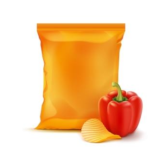 Kartoffelkräuselung knusprige chips mit paprika und vertikal versiegeltem leeren orangefarbenen plastikfolienbeutel für verpackungsdesign nahaufnahme isoliert auf weißem hintergrund
