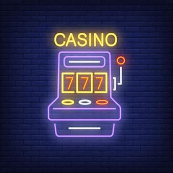 Kasino bunte leuchtreklame. spielautomatform mit dreiergruppe sieben auf backsteinmauerhintergrund