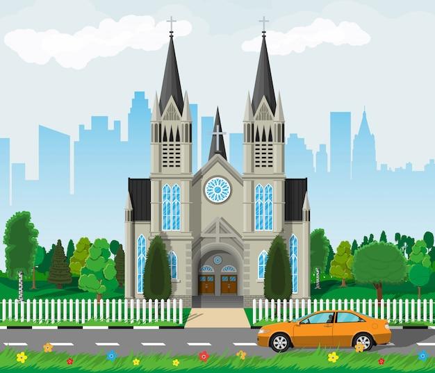 Katholische kirchenkathedrale mit skylines der stadt
