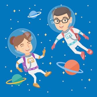 Kaukasische astronautenkinder in den klagen, die in raum fliegen.