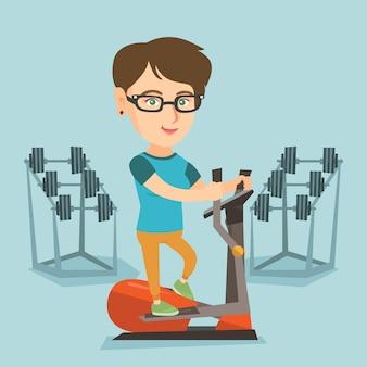 Kaukasische frau, die auf elliptischem trainer trainiert.
