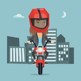 Kaukasische frau, die ein motorrad nachts reitet.