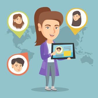 Kaukasische frau, die tablette mit sozialem netz hält