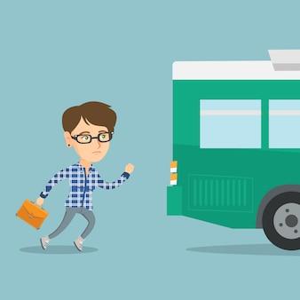 Kaukasische neulingfrau, die für den bus läuft.