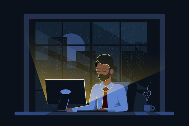 Kaukasischer geschäftsmann, der am computer am schreibtisch im büro in der nacht arbeitet.