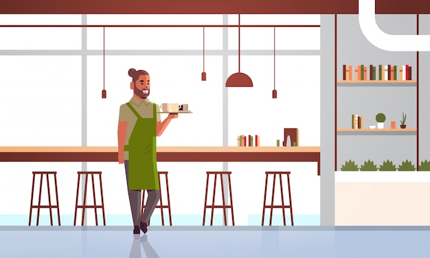 Kellner mit kaffee und kuchen auf tablett