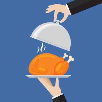 Kellner serviert ein huhn oder einen truthahn