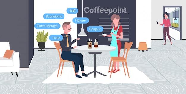 Kellnerin, die bestellung vom geschäftsmannbesucher mit hallo-sprechblase in verschiedenen sprachen kommunikationsmenschen-verbindungskonzept modernes café-innenraum horizontale volle länge annimmt