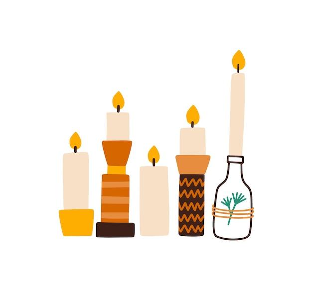 Kerzen in der flachen vektorillustration der kreativen halter. home interior decor isoliertes design-element-set. handgemachter brennender weihnachtskerzenständer in der flasche auf weißem hintergrund. aromatherapie und entspannung