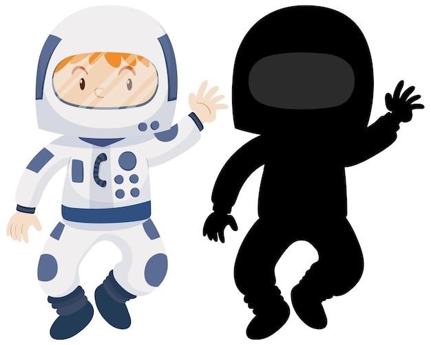Kind, das astronautenkostüm mit seiner silhouette trägt