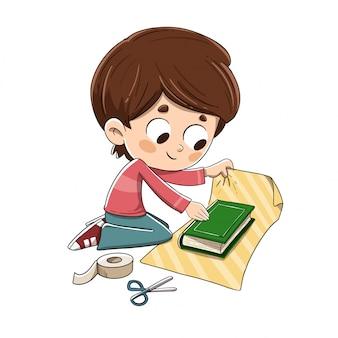 Kind, das ein geschenkbuch einwickelt