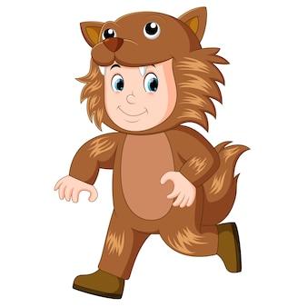 Kind, das eine werwolfmaske u. -kostüm für halloween trägt