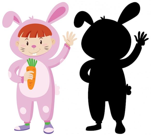 Kind, das kaninchenkostüm mit seiner silhouette trägt