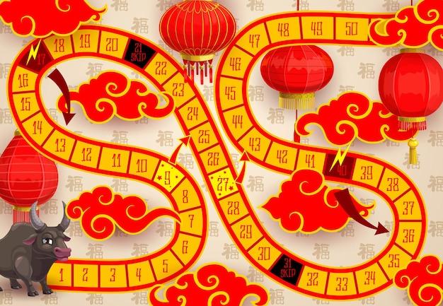 Kind neujahr brettspiel mit chinesischen tierkreis ochsen und papierlaternen