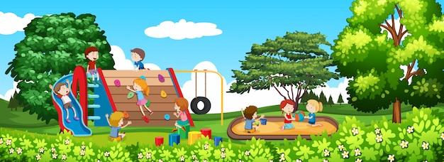 Kind spielt in einem park