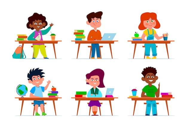 Kinder an der schulbank. schüler, multiethnische jungen und mädchen an tischen im klassenzimmer. kinder studieren, zeichentrickfiguren im bildungsraum