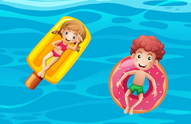 Kinder auf dem pool schwimmt