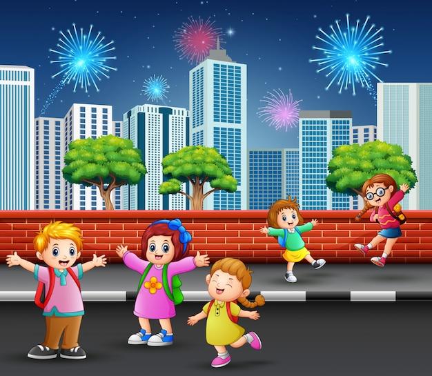 Kinder auf dem straßenbürgersteig mit stadtbild und feuerwerk