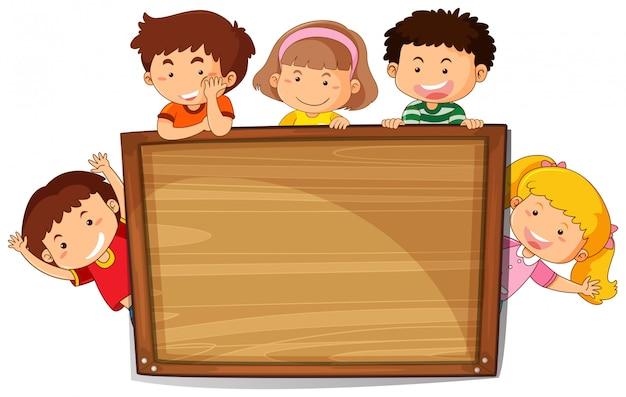 Kinder auf holzbrett