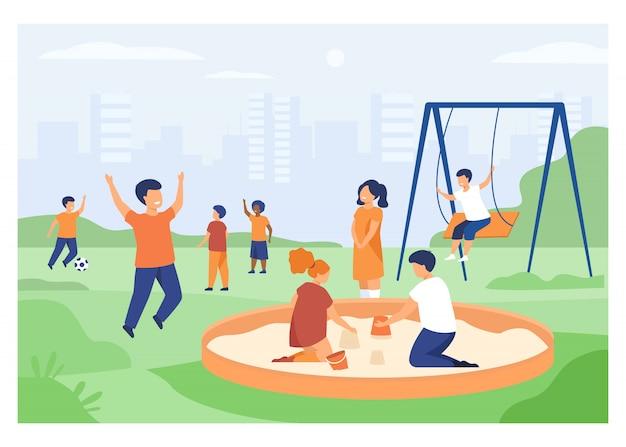 Kinder auf spielplatzkonzept