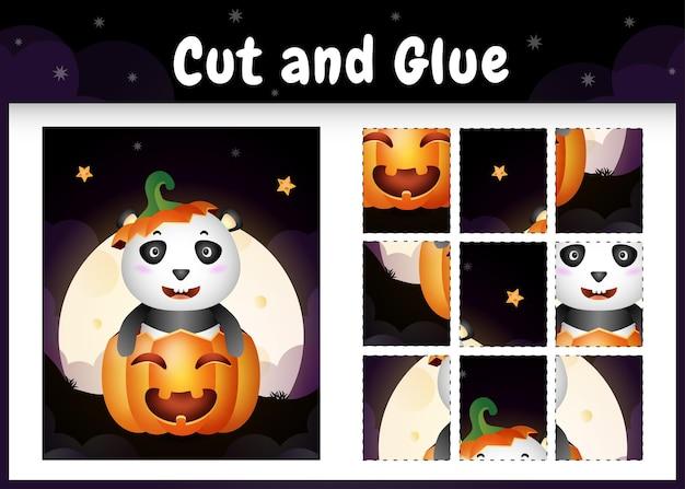 Kinder-brettspiel schneiden und kleben mit einem niedlichen panda im halloween-kürbis