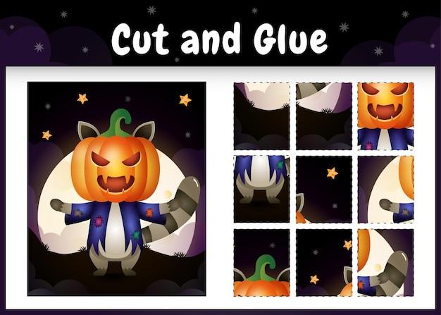 Kinder-brettspiel schneiden und kleben mit einem süßen waschbären im halloween-kostüm
