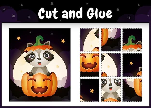 Kinder-brettspiel schneiden und kleben mit einem süßen waschbären im halloween-kürbis