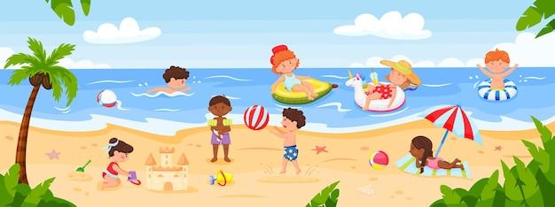 Kinder, die am strand spielen, glückliche kinder, die am meer schwimmen im ozeanbau-sandburgvektor spielen playing