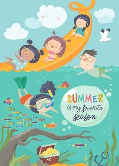 Kinder, die am waterpark in den sommerferien spielen und genießen