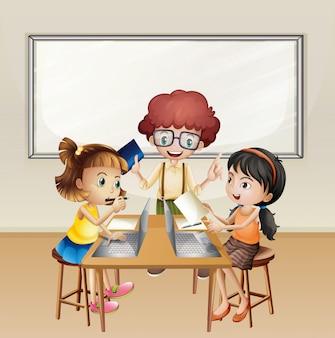 Kinder, die an Computer im Klassenzimmer arbeiten