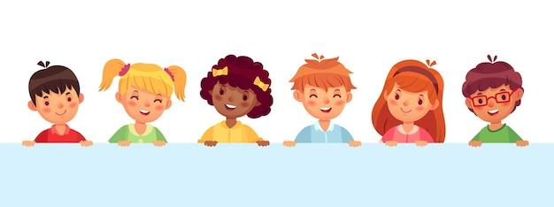 Kinder, die aus der wand spähen, verschiedene fröhliche kinder, die lachen und lächeln. teenager-charaktere mit unterschiedlicher frisur. lustige jungen und mädchen mit rosa wangen und nasenvektorillustration