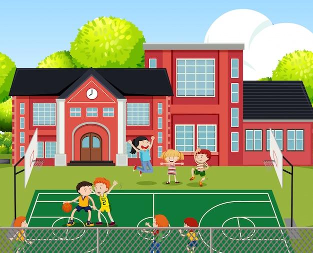 Kinder, die basketball-szene spielen