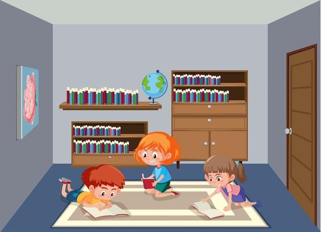 Kinder, die buch im bibliotheksraum lesen